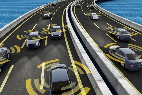 Erste autonom selbstfahrende Autos kommen noch 2019 auf den Markt selbstfahrende autonome autos auf der autobahn