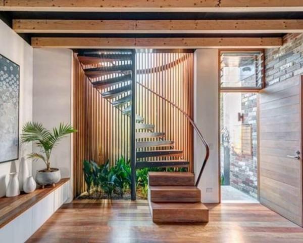 Garten mit Pflanzen unter dem Treppenhaus