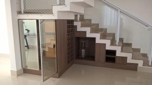 Gegenstände unter einem Treppenhaus