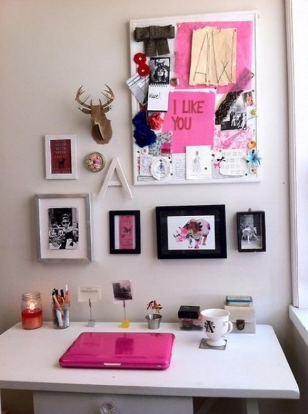 Homeoffice in weiblicher Optik an der Wand hängen Bilder Zeichnungen als Inspiration