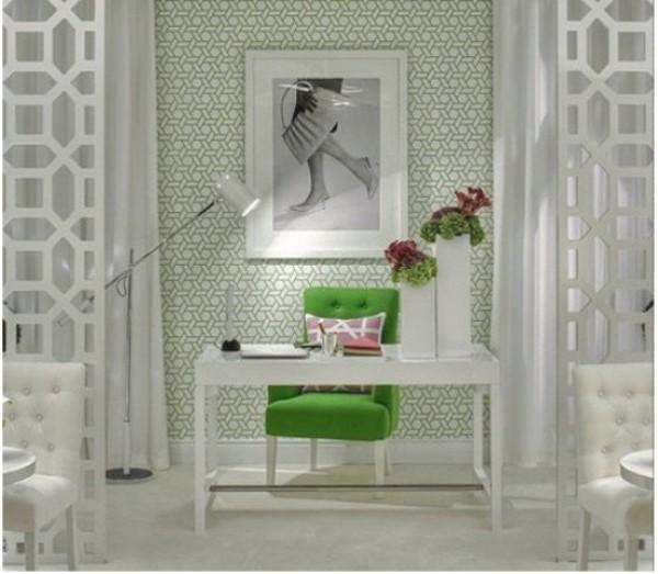 Homeoffice in weiblicher Optik in größere Räumlichkeit integriert grüner Sessel als Akzent Blumen