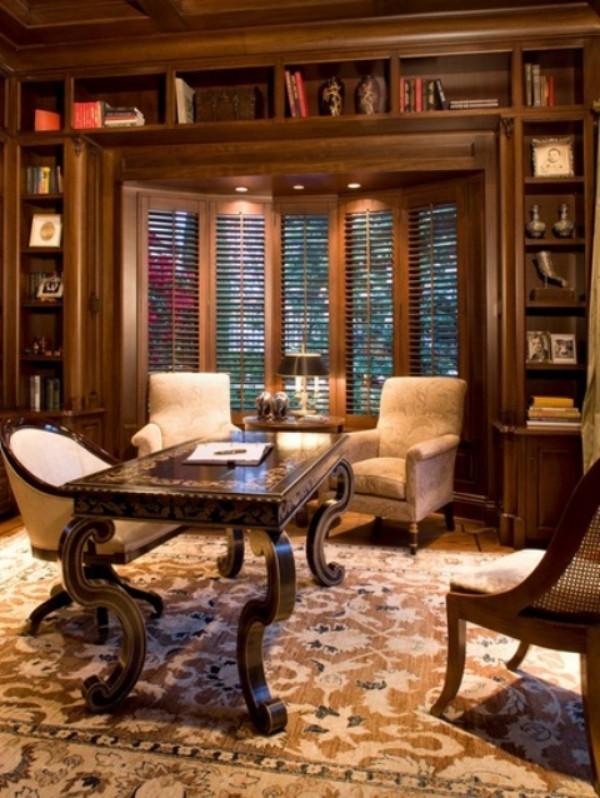 Homeoffice in weiblicher Optik mit klassischen Möbeln eingerichtet
