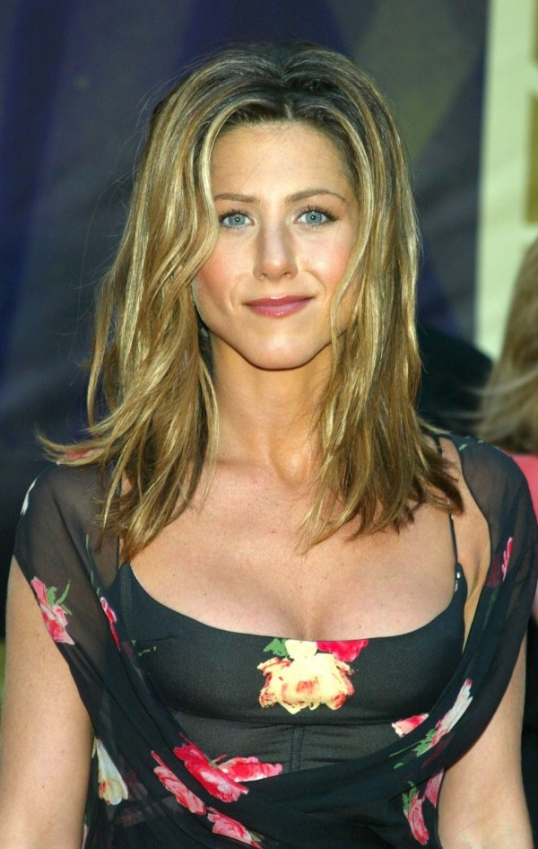 Jennifer Aniston  mit langem gut gestyltem blondem Haar
