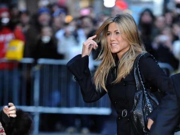 Jennifer Aniston schick auf der Straße