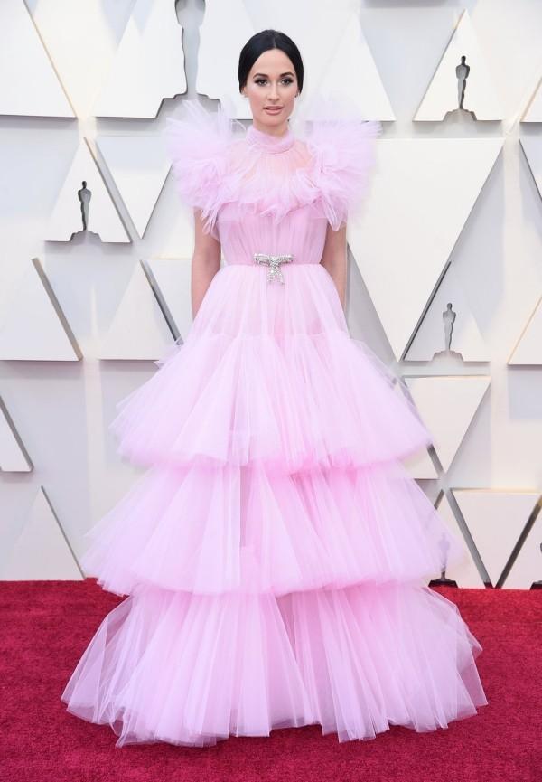 Kacey Musgraves trug ein rosafarbenes Abendkleid von Giambattista Valli Couture.