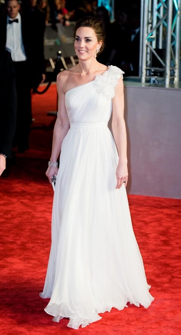 Kate Middleton atemberaubend im weißen Chiffonkleid von Alexander McQueen