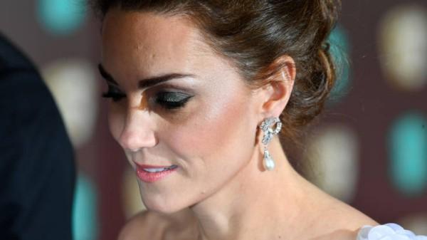 Kate Middleton hochgestecktes braunes Haar Perlenohrringe