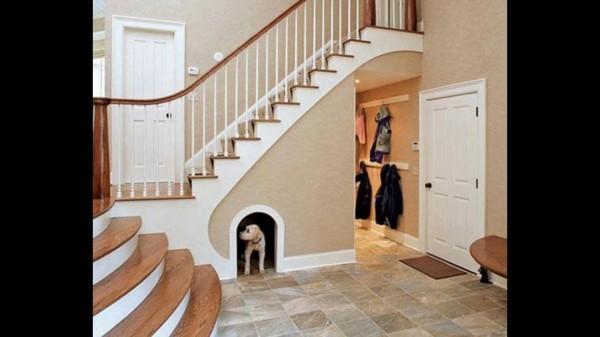 Kleiderbügel unter dem Treppenhaus