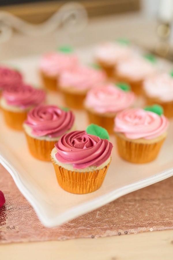 Muffins in verschiedenen rosa Farben Valentinstag