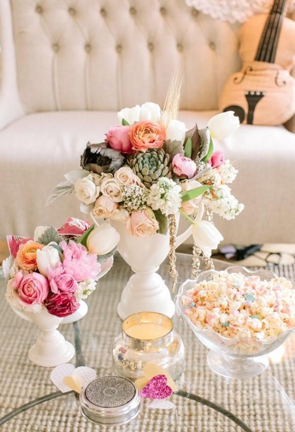 Tisch mit schönen Blumen Valentinstag