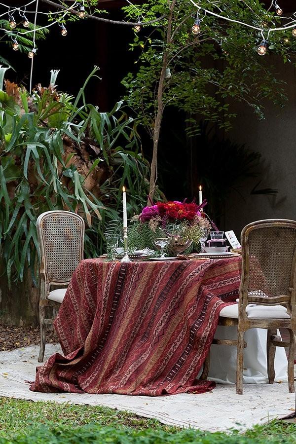 Tisch mitten im Garten Valentinstag