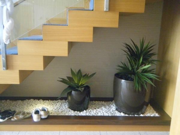 Treppenhaus Kies mit Vasen und Pflanzen