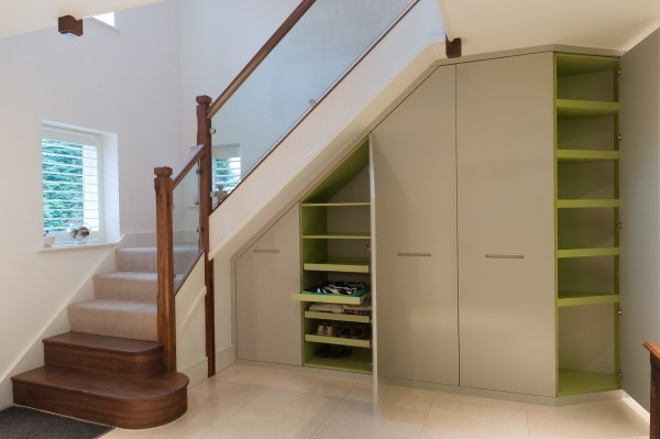 Treppenhaus moderne Einbauregale