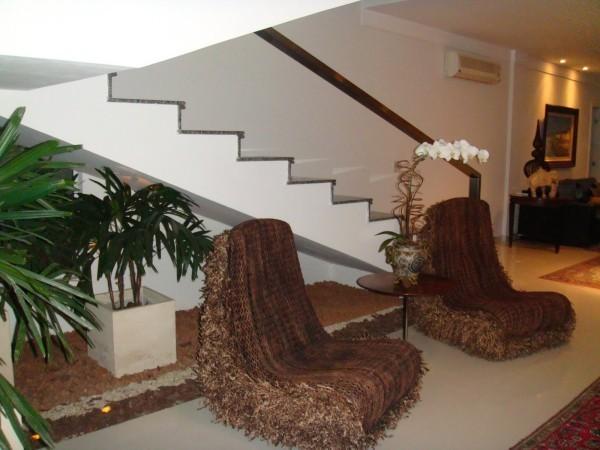 Treppenhaus naturinspirierte Stühle