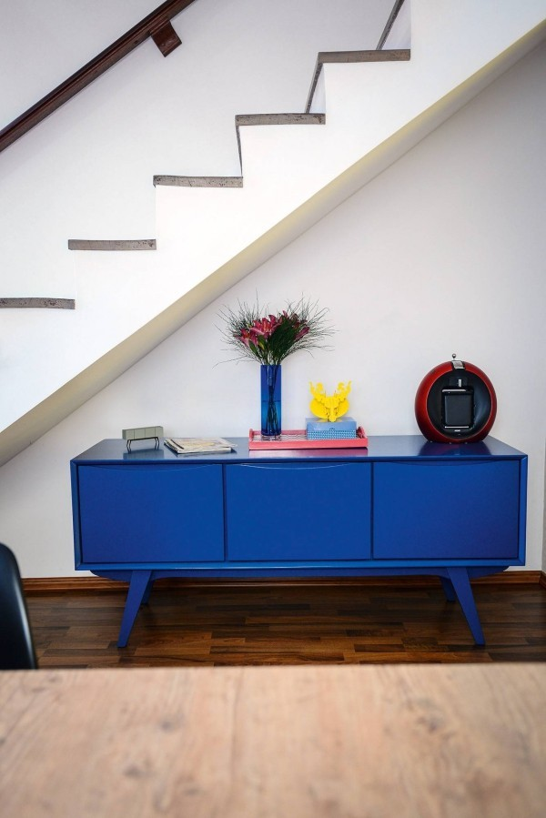Treppenhaus toller Regal mit blauer Farbe