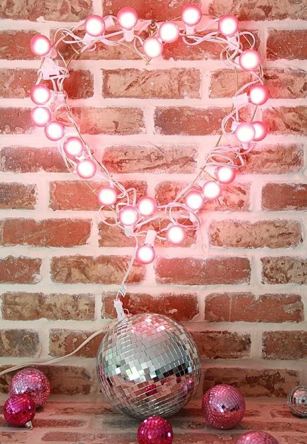 Valentinstag Leuchtendes Herz an der Wand