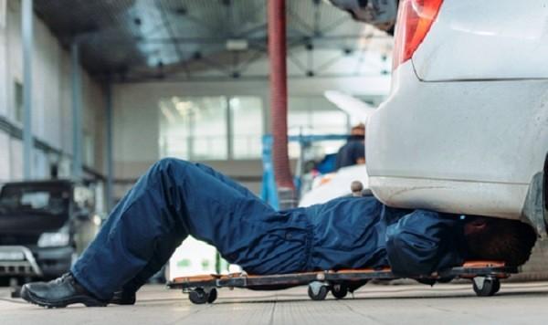 Werkstattbedarf und Werbeartikel für eine erfolgreiche moderne Autowerkstatt arbeitsliege mit instrumenten