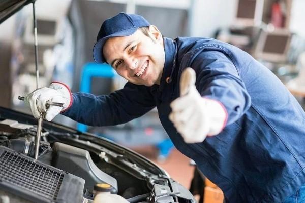 Werkstattbedarf und Werbeartikel für eine erfolgreiche moderne Autowerkstatt automechaniker bei der arbeit
