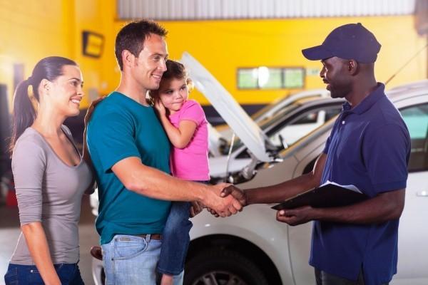 Werkstattbedarf und Werbeartikel für eine erfolgreiche moderne Autowerkstatt vertrauen der kunden die immer wieder kommen werden