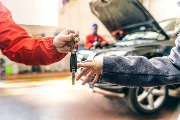 Werkstattbedarf und Werbeartikel für eine erfolgreiche moderne Autowerkstatt vertrauen der kunden gewinnen