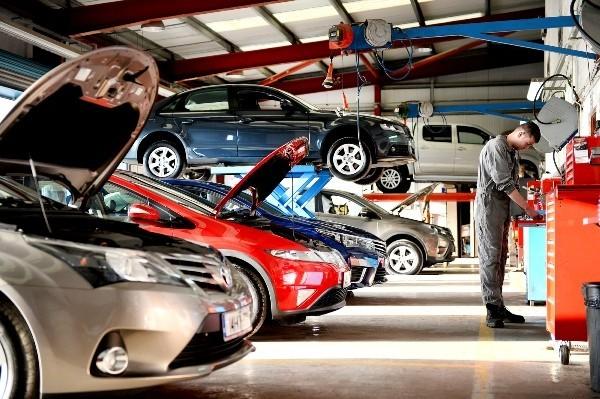 Werkstattbedarf und Werbeartikel für eine erfolgreiche moderne Autowerkstatt viele wagen für reparatur