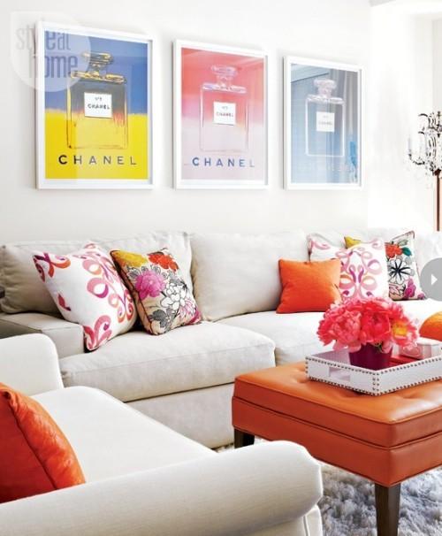 Wohnzimmer mit femininen Touches äußerst gemütlich und stilvoll