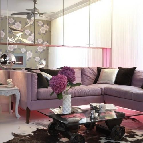 Wohnzimmer mit femininen Touches Flieder Weiß Schokoladenbraun