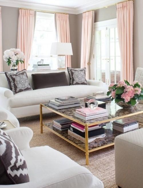 Wohnzimmer mit femininen Touches Hellgrau und Hellrosa im visuellen Einklang