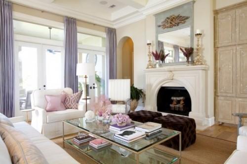 Wohnzimmer mit femininen Touches Weiß Zartrosa und Flieder visuelle Balance