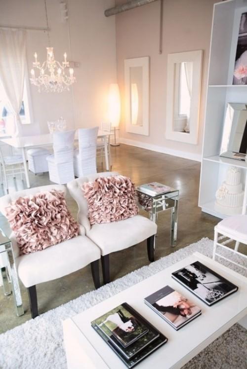 Wohnzimmer mit femininen Touches altrosa Kissen weißes Interieur
