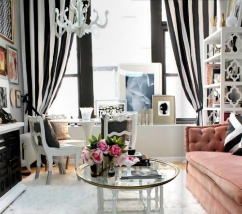 Wohnzimmer mit femininen Touches drückt Weiblichkeit aus