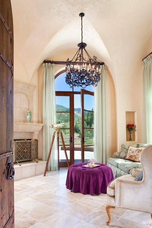 Wohnzimmer mit femininen Touches einladendes Interieur im weiblichen Stil