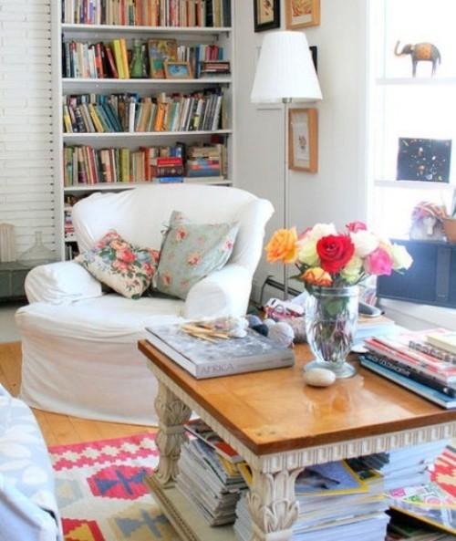 Wohnzimmer mit femininen Touches frische Blumen in der Vase weitere Blumenmuster