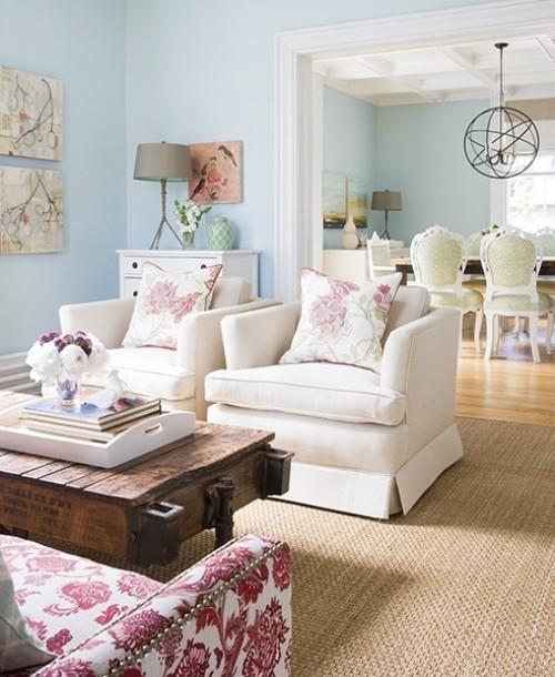 Wohnzimmer mit femininen Touches frische Blumen und Blumenmuster