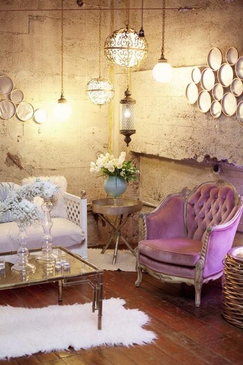 Wohnzimmer mit femininen Touches geschmackvoll und stilvoll eingerichtet