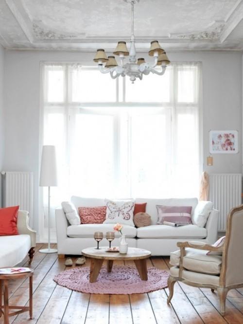 Wohnzimmer mit femininen Touches perfektes Interieur für gemütliche Stunden zu zweit