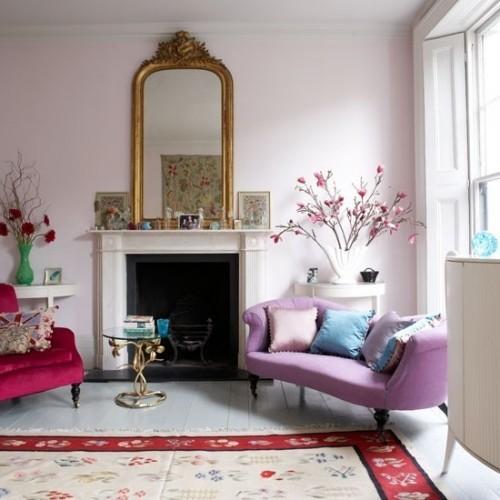 Wohnzimmer mit femininen Touches schöner Teppich blühende Zweige Schnittblumen
