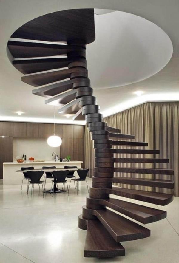 Wohnzimmer unter dem Treppenhaus