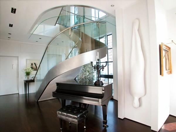 ein tolles Piano unter dem Treppenhaus