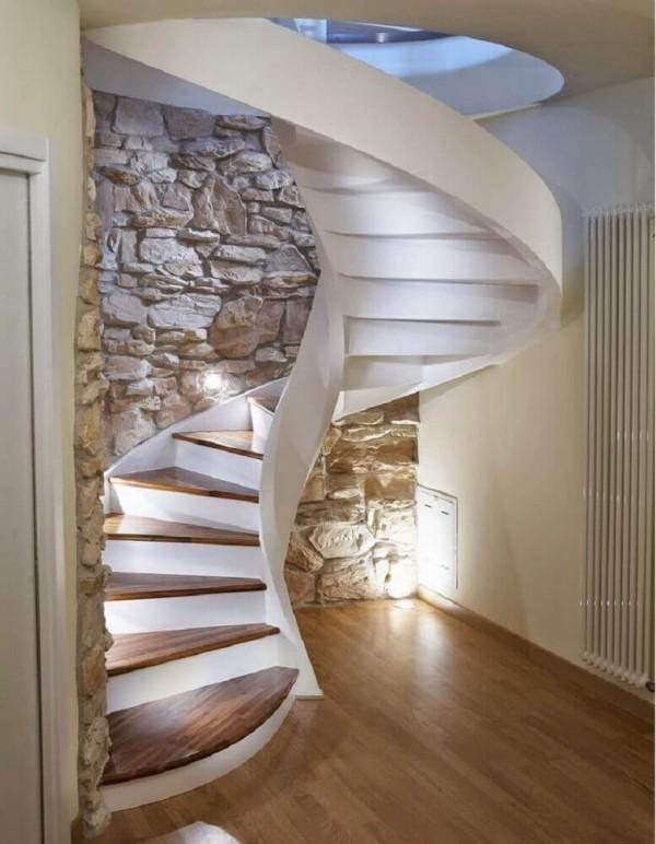 glanzvolle Bodengestaltung unter einem Treppenhaus