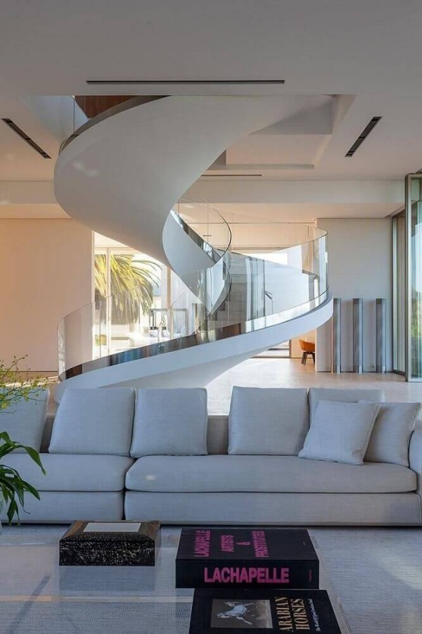moderne Sofas unter dem Treppenhaus