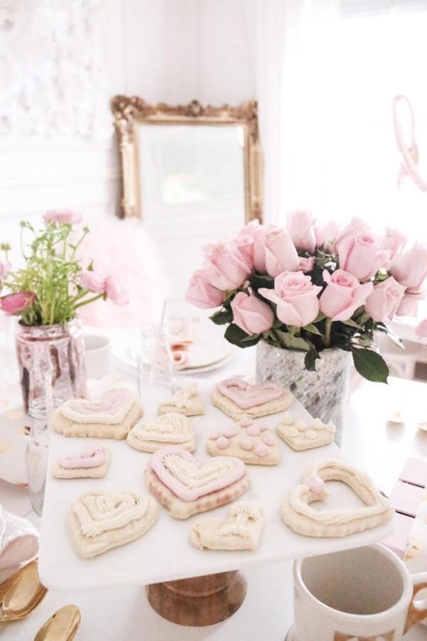 schön gescmückter Tisch Valentinstag