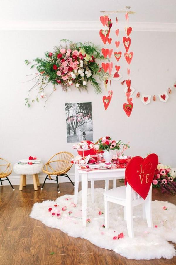 toll geschmückter Tisch für den Valentinstag