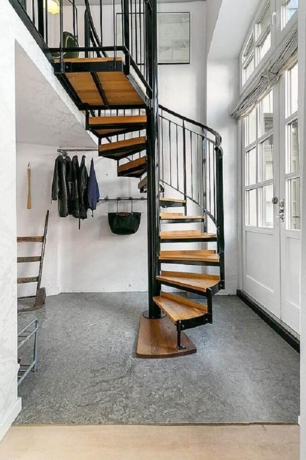 tolle Kleider und Taschen für ein Treppenhaus