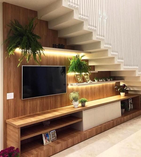 tolle Medienwand gemacht aus Holz Treppenhaus
