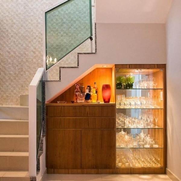 toller Schrank mit Regalen Treppenhaus