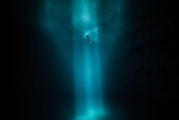 unterwasserbilder lichstrahl - mitten im dunklen wasser