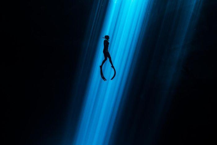 unterwasserbilder mensch unter dem wasser