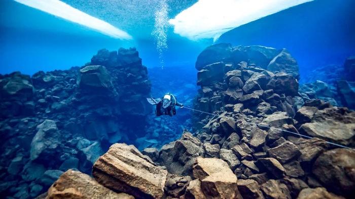 unterwasserbilder schwimmender mensch