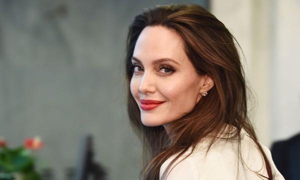 Angelina Jolie Hollywood Star lacht aber steckt in schwerer Lebenskrise
